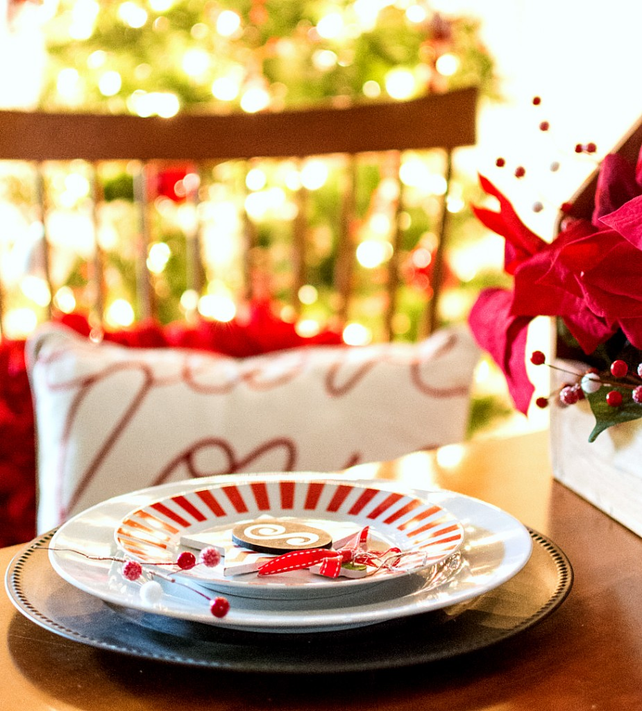Red & White Christmas Table Setting Idea