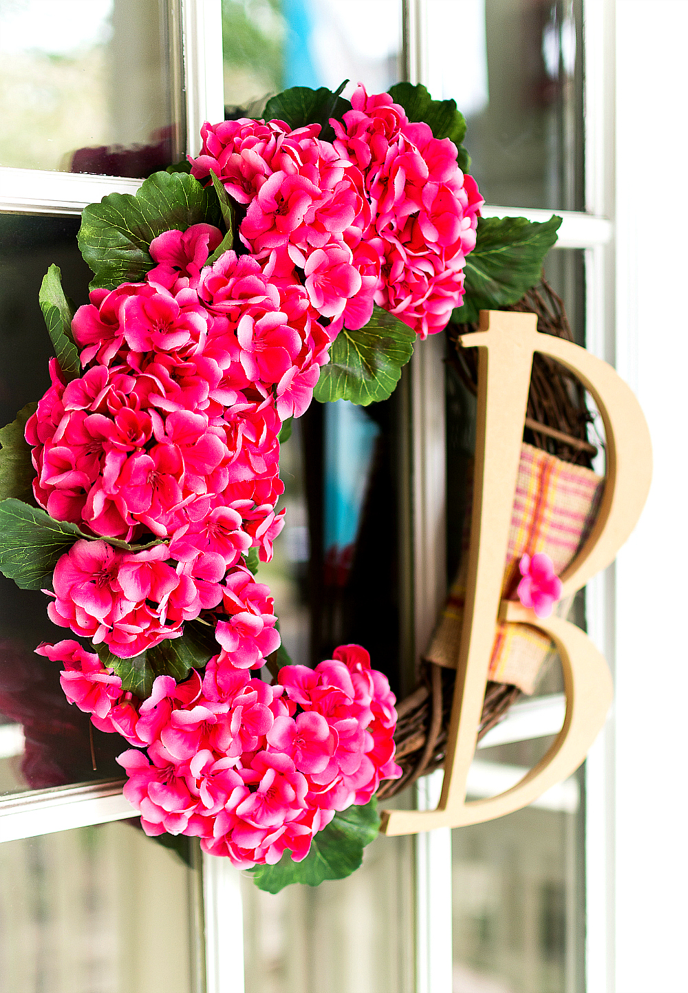 Geranium Monogram Wreath - Pink Wreath Ideas - Monogram Wreath Ideas for Spring with Geraniums - DIY Tutorial