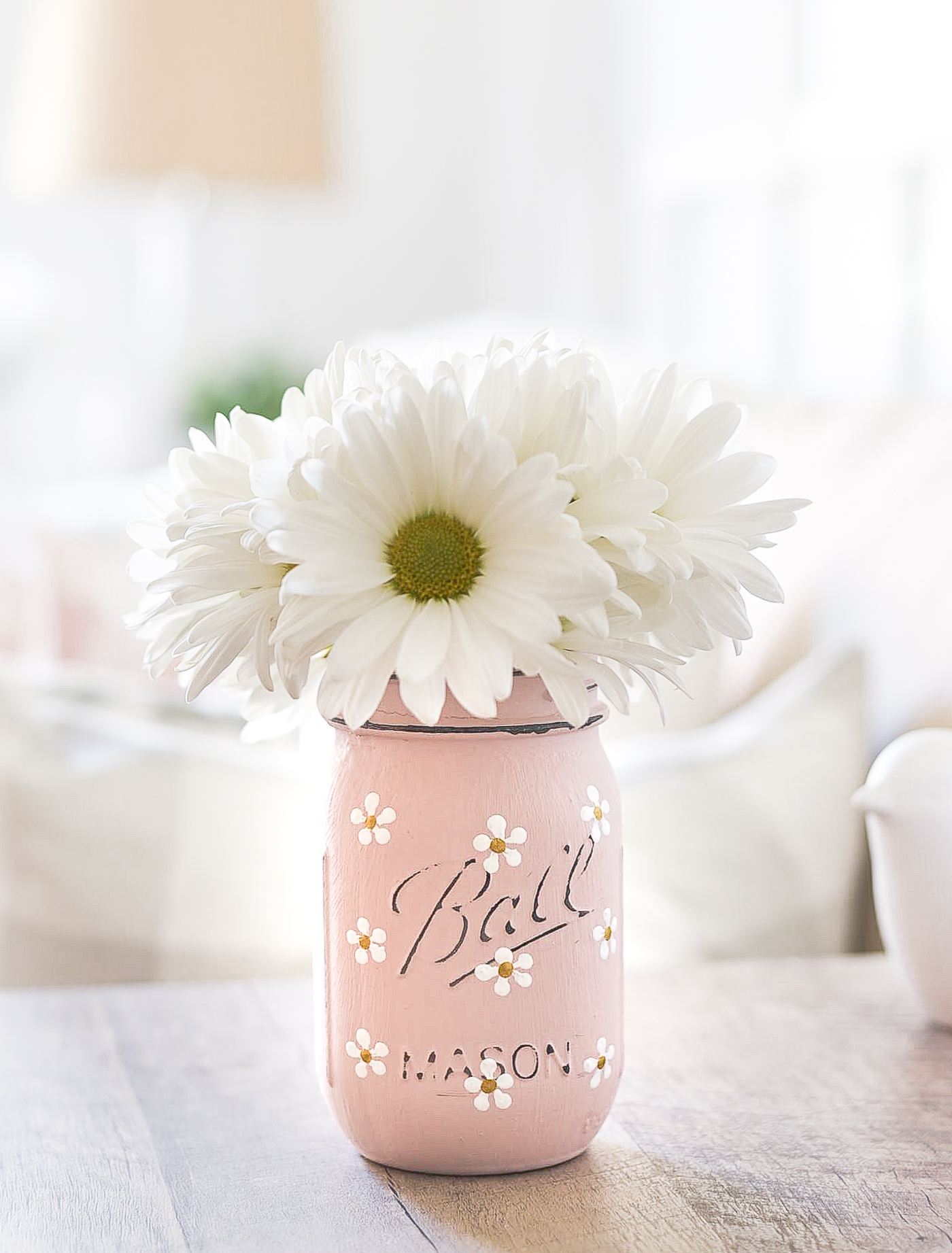Painted daisy mason jar. How to paint daisies on mason jars. Blush pink painted mason jar with daisies. Mason jar crafts for spring, summer.