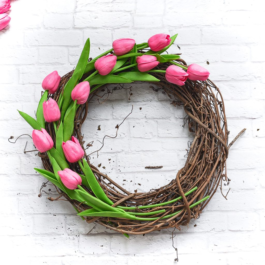 Tulip wreath for Spring. Spring wreath ideas. Faux tulip wreath. Pink wreath. Grapevine wreath DIY. Easy wreath diy tutorial.