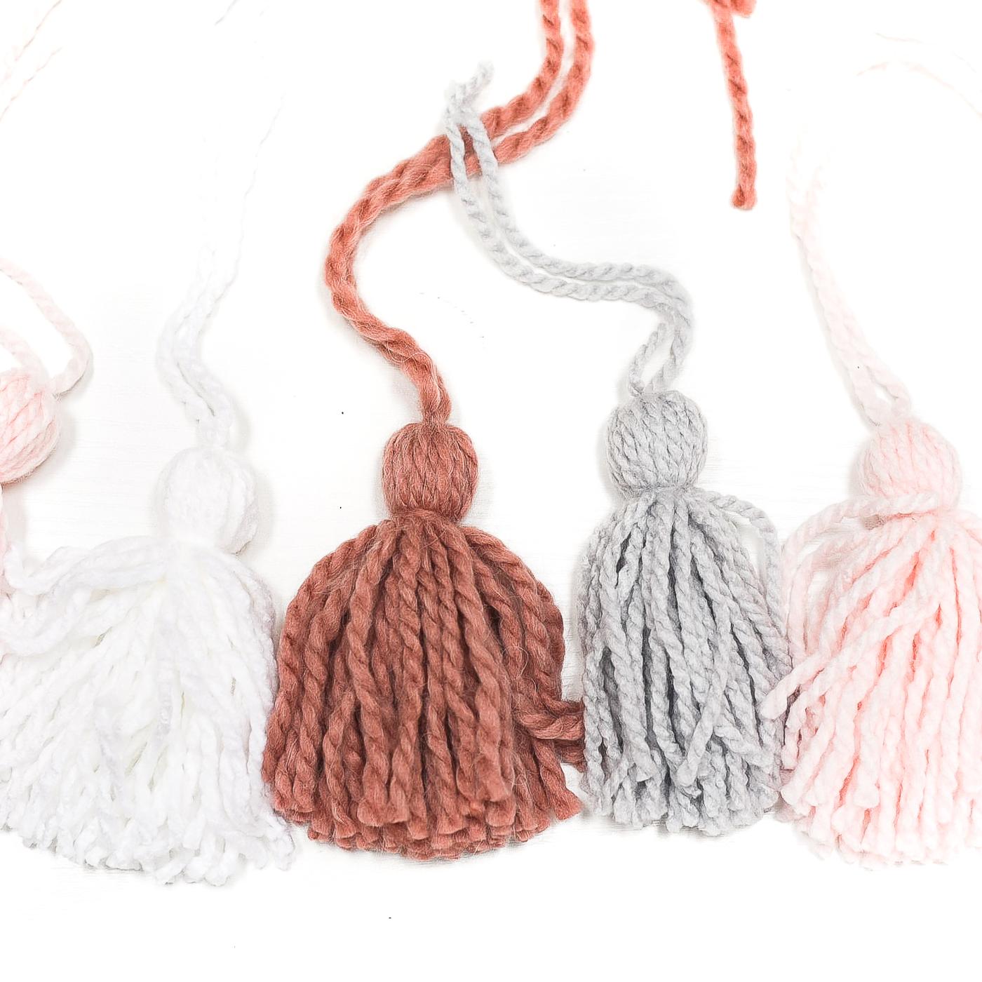 Yarn tassel garland DIY. How to make tassels. How to make garland. Yarn tassel tutorial. Tassel tutorial. Pink, gray garland.